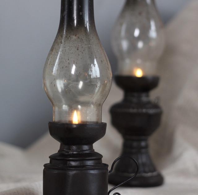 Đèn dầu 2 mẫu cổ điển dùng làm phụ kiện chụp ảnh vintage