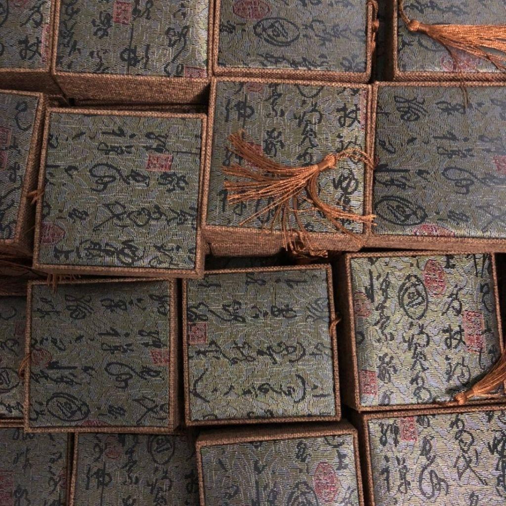 Hộp gấm hoa văn đỏ size 10x10x4 sỉ lẻ toàn quốc_mochuongrung_888