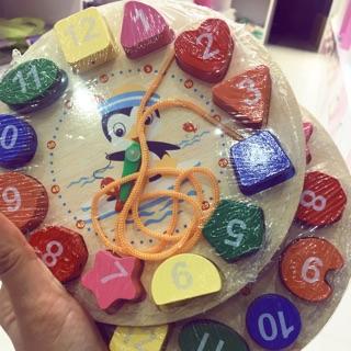 Đồ chơi đồng hồ bằng gỗ có xâu dây cho bé học xem giờ và phân biệt hình khối- Hàng có sẵn.