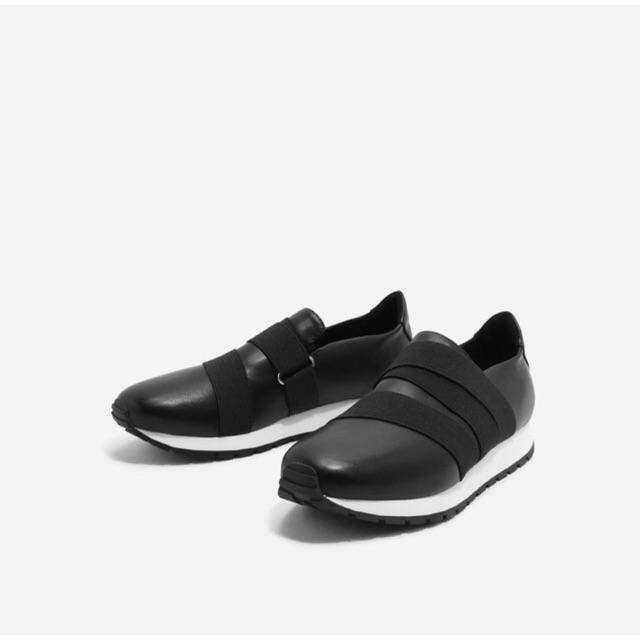 Sneaker đen trơn chun đen