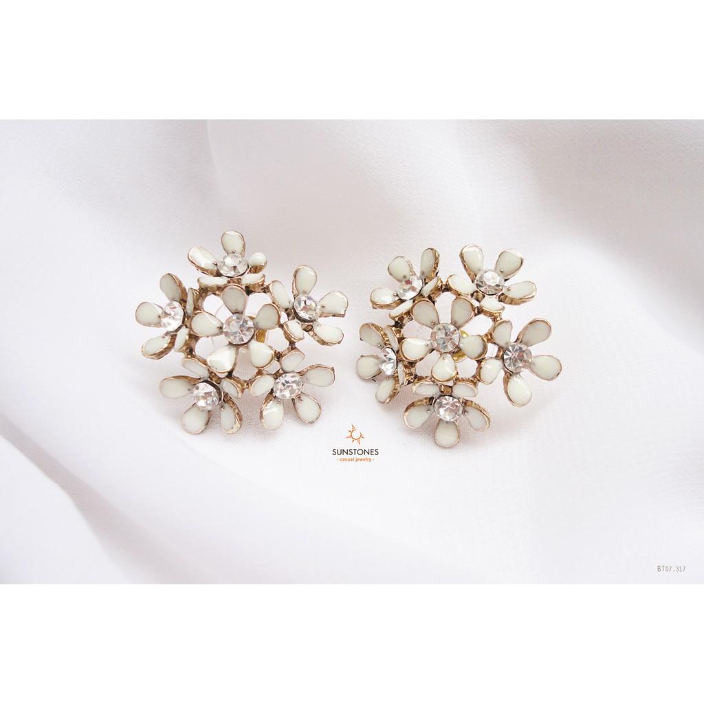 Bông tai cầu hoa trắng đeo sát thanh lịch