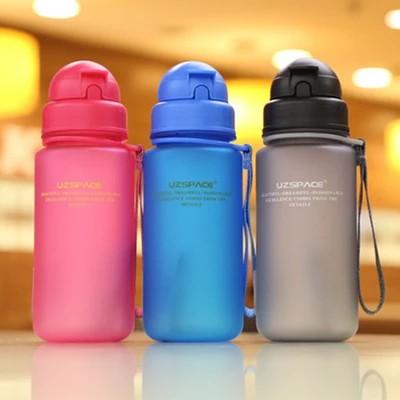bình nước nhựa có ống hút