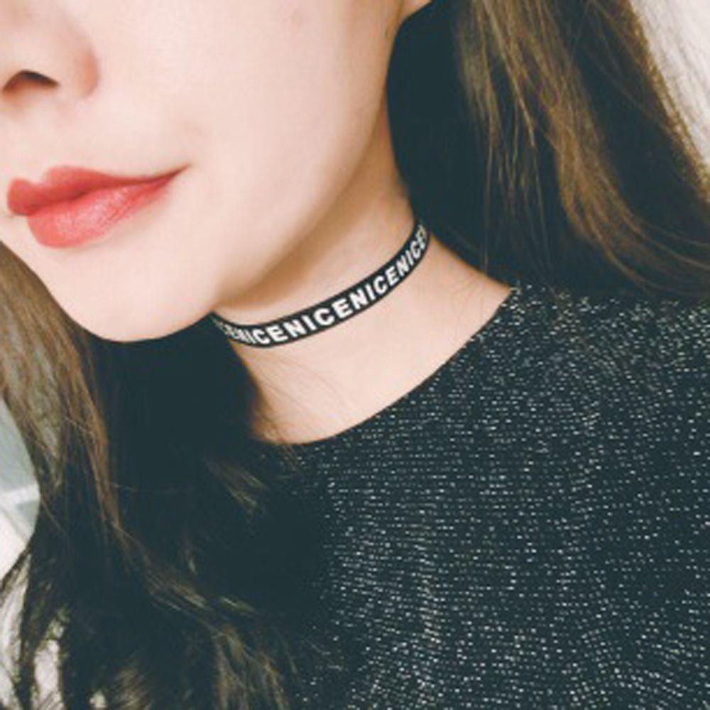 Vòng cổ choker dạng dây ruy băng in chữ cái cá tính