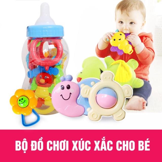 Bộ đồ chơi xúc xắc 9 món đựng trong bình sữa