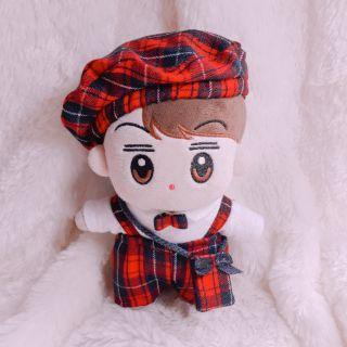 Outfix cho Doll 20cm. Set gồm yếm quần xọc carô màu đỏ kèm áo thun coton trắng có nơ. + mũ nồi ( tặng túi đeo chéo)…..