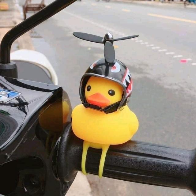 Vịt gắn xe máy có đèn đội nón bảo hiểm chong chóng
