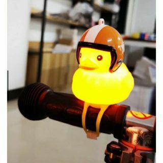 Hàng hót – Vịt đội mũ bảo hiểm gắn tay lái xe phát sáng