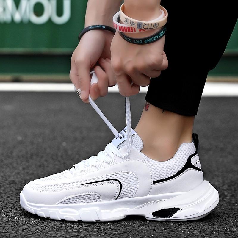 【จัดส่งฟรี】ารองเท้าวิ่งน้ำระบายอากาศสีขาวตาข่ายสีขาวรองเท้าผู้ชายแนวโน้มป่าสบาย ๆ