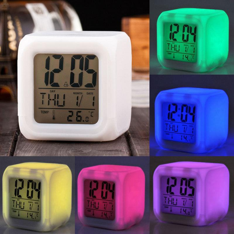 Đồng hồ báo thức có đèn led tự đổi màu