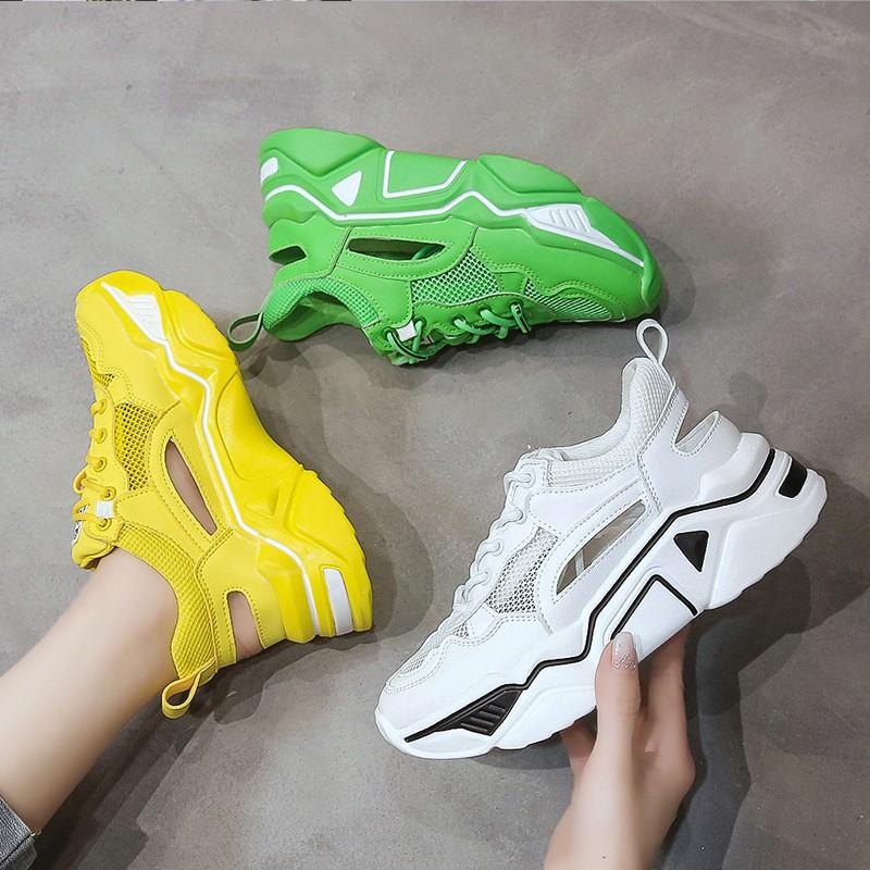 【จัดส่งฟรี】กีฬาสีขาวระบายอากาศหญิง ins หนาด้านล่างสุทธิตาข่ายสีแดงกลวงรองเท้าเก่า