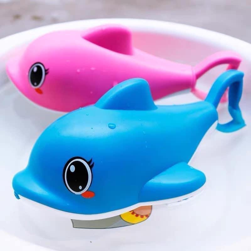 Súng bắn nước cá heo giúp trẻ vui chơi, vận động sáng tạo ngoài trời