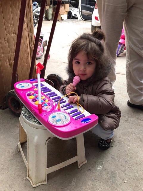 Đàn organ đồ chơi cho bé kèm theo mic hát Kiểu dáng như một chiếc đàn thật với 37 phím...