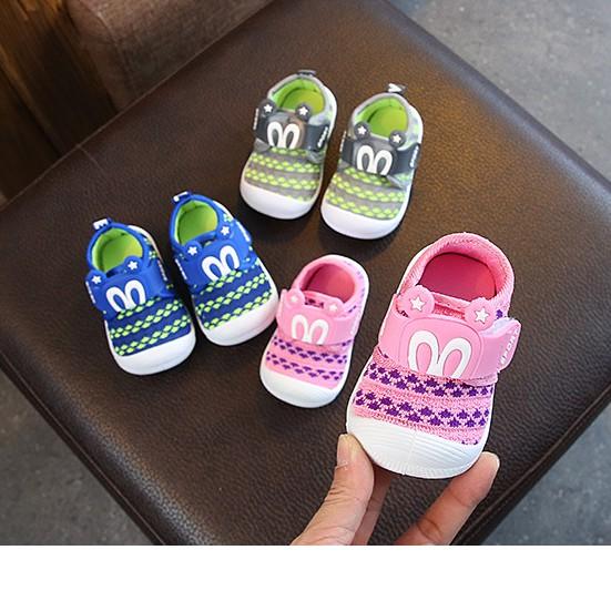 [NHẬP KIDTET hoàn 15% xu đơn 150k] Giày vải quai dán hình mickey cho bé trai và bé gái tập đi có kèn kêu chít chít