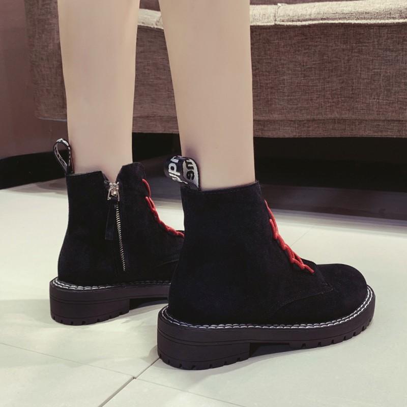 【จัดส่งฟรี】ท้าเครือข่ายย่อยสีแดงผูกอังกฤษรองเท้ามาร์ตินหนาผู้หญิงแฟชั่นไรเดอร์ป่า