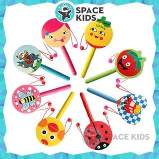 Đồ chơi Lục lạc, Trống gỗ cầm tay Space Kids nhiều màu sắc cho bé từ 3 tháng tuổi