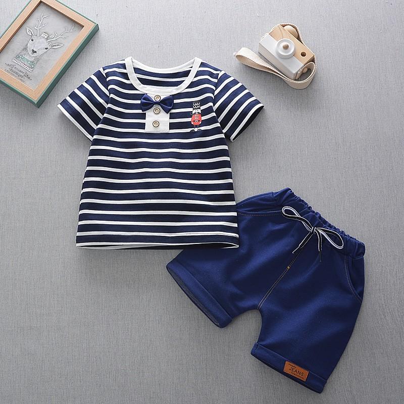 Áo thun ngắn tay kẻ sọc và quần jean ngắn dễ thương cho bé