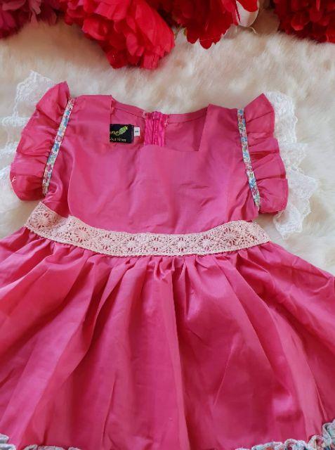 Váy hè cho bé chất liệu thô phối hợp tay ren và eo ren tạo điểm nhấn cho váy. Màu hường iu thương cho các con
