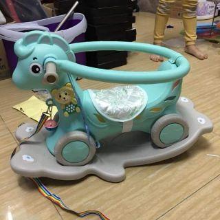 Ngựa bập bênh có nhạc cho bé