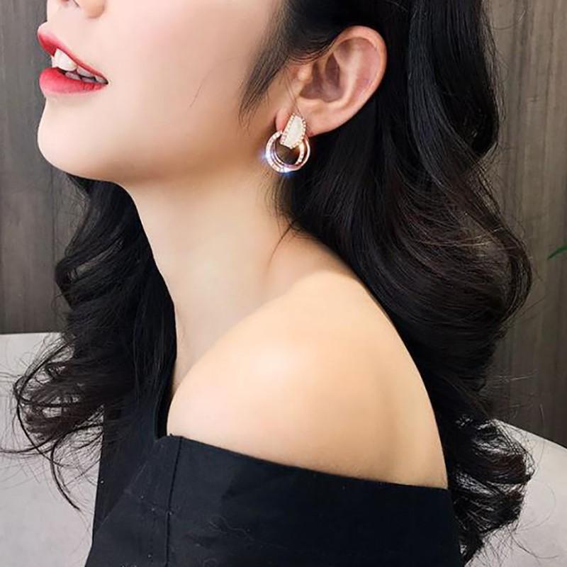 Bông tai hình tròn đính kim cương sang trọng dành cho nữ