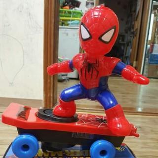 Đồ chơi người nhện trượt ván Spiderman có nhạc xoay 360 độ