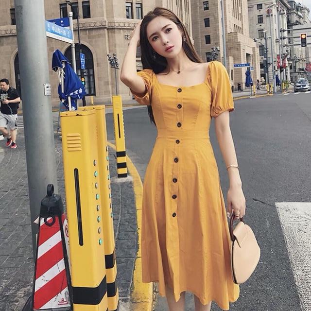 Đầm vàng cổ vuông tay bo