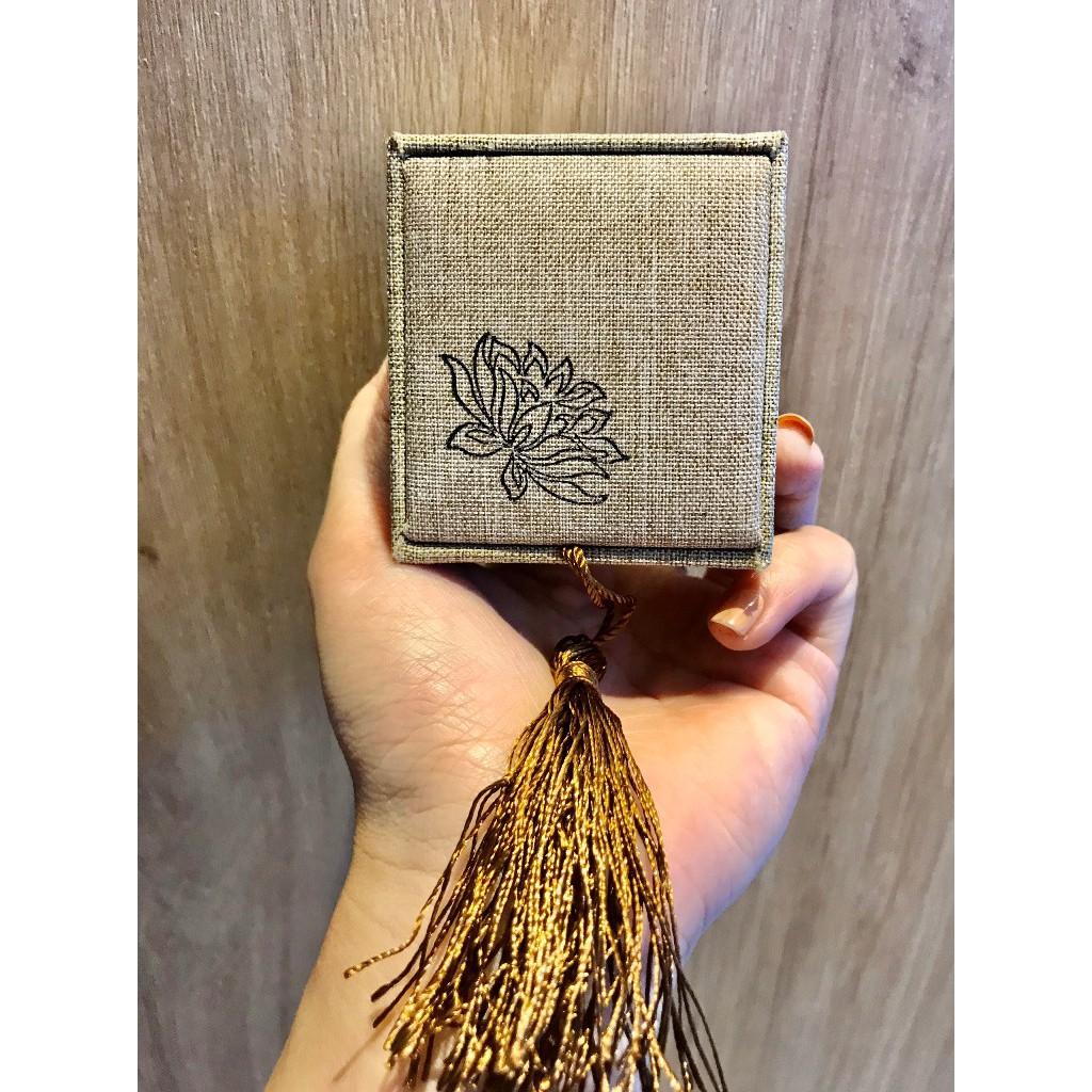 Mộc - Hộp nhẫn bằng gấm thư pháp sang trọng size 6.5x6x3.5cm