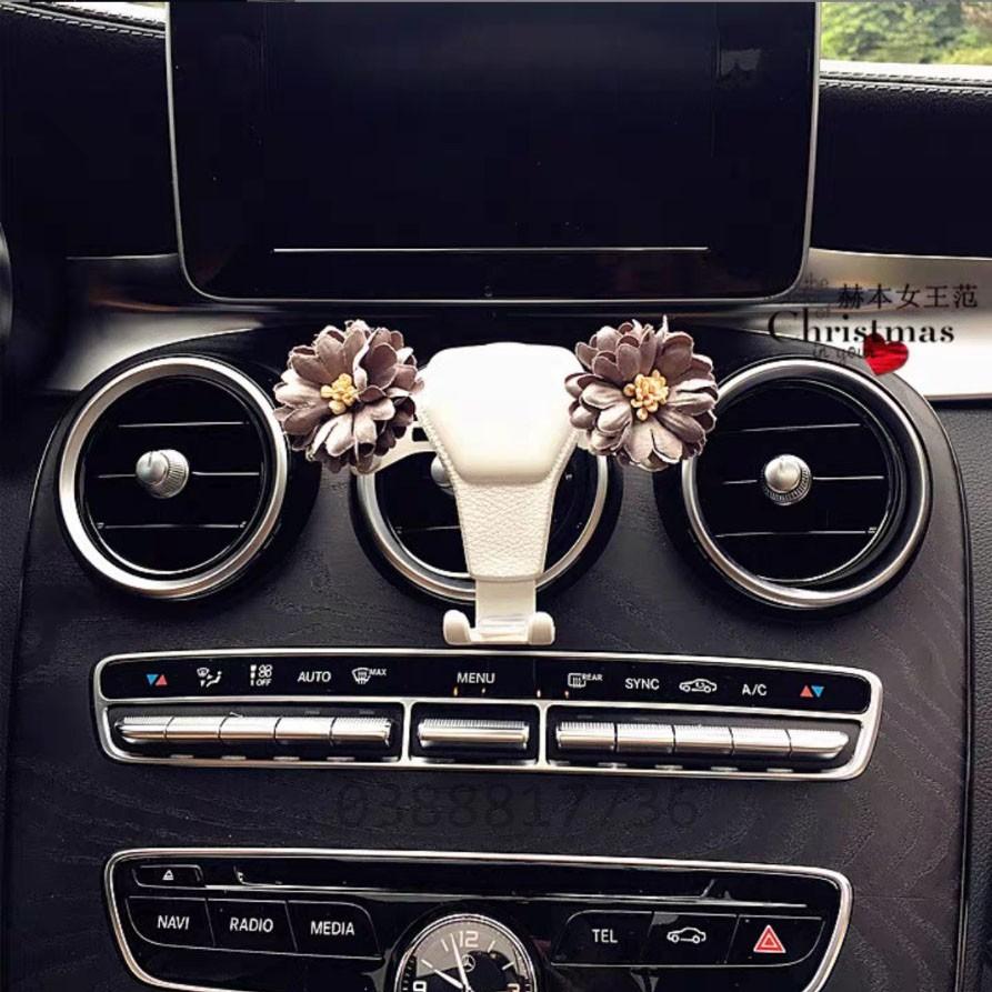 Gía đỡ điện thoại trọng lực cài cửa gió ô tô gắn hoa xinh xắn