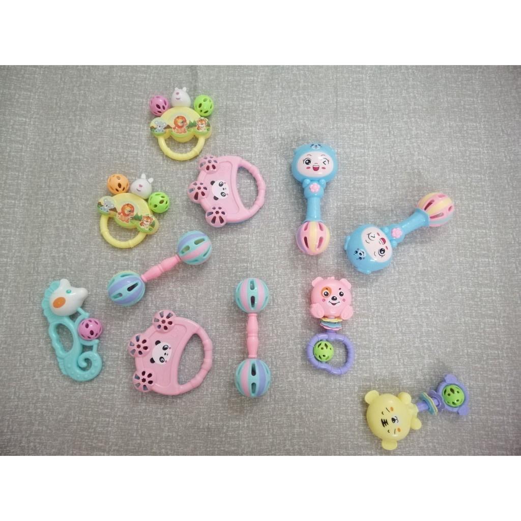Đồ chơi xúc xắc, lục lạc nhiều hình dáng, màu sắc đa dạng cho bé