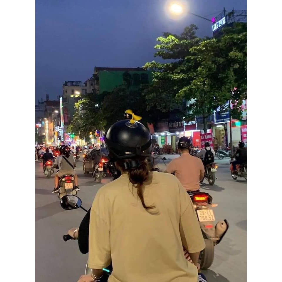 Combo 20 Chong chóng doremon gắn mũ bảo hiểm cute