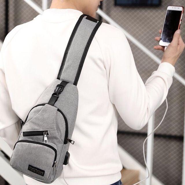 Túi đeo chéo nam cao cấp tích hợp cổng USB ngoài
