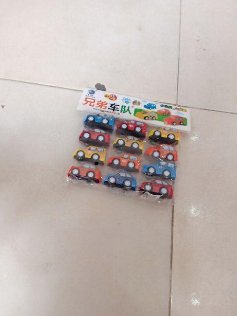 Túi xe 12 chiếc chạy cót ,màu sắc bắt mắt giúp trẻ cảm thấy thích thú khi chơi.