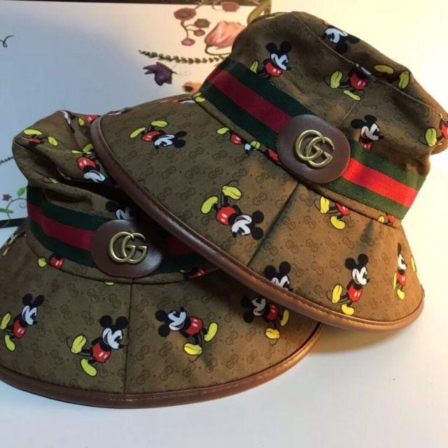 หมวก Bucket hat กุชชี่ หมวกลายโมโนแกรม GG สุดคลาสสิคของGucci  โลโก้ GG กระจายทั้งหมวก ตัดด้วยลาย มิกกี้เม้าส้ สวยมากๆคะ