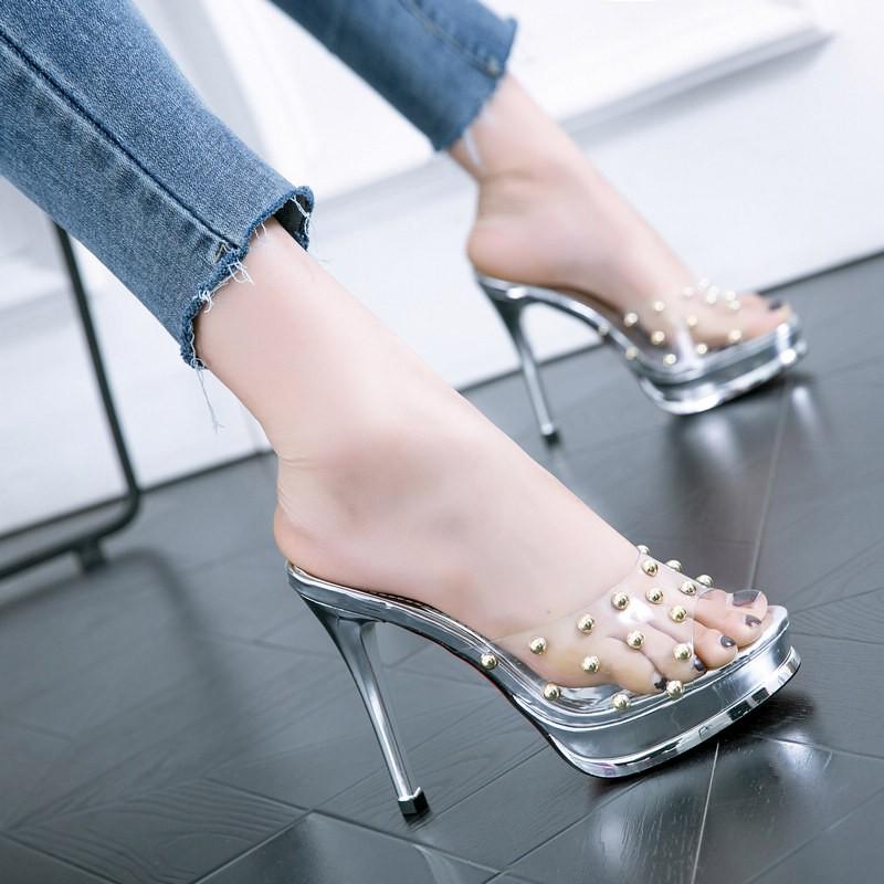ฤดูร้อนเย็นรองเท้าแตะหญิงดีกับ 2019 ฤดูร้อนใหม่ rivet ใส