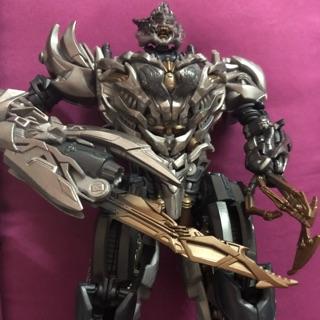 Robot biến hình Megatron Transformers Studio Series – Voyager xe tăng biến hình