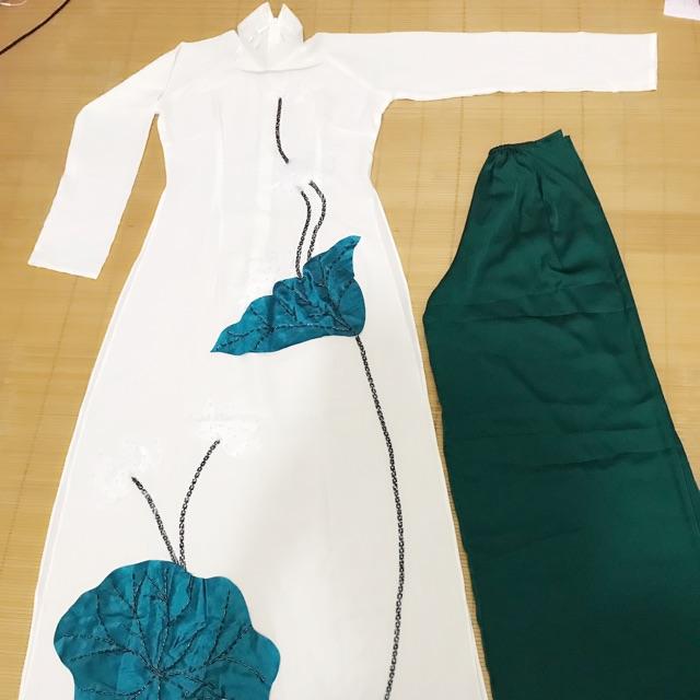 Áo dài trắng thiết kế, họa tiết đinh hoa sen thủ công