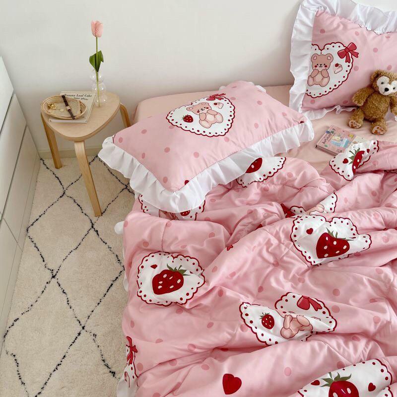 Bộ chăn ga gối drap giường nhập khẩu cao cấp chất vải đũi viền bèo - Chăn hè trần bông họa tiết gấu dâu tây