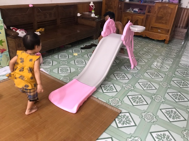 Cầu trượt cho bé loại máng 1.7m, có bóng và rổ.