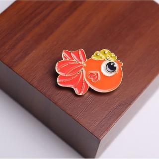 Pin cài chú cá vàng bơi trên tấm thớt - GC391 thumbnail