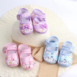 Giày tập đi đế mềm, vải in hình hoa siêu xinh cho bé thumbnail