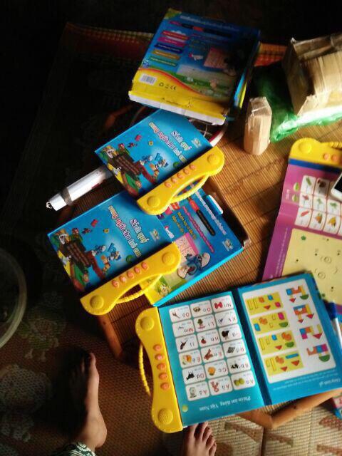 Sách song ngữ tặng kèm 3 tập tô tự xoá cho bé