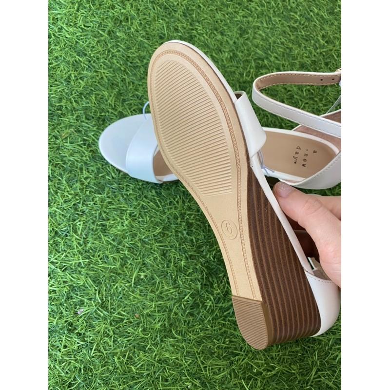 sandal trắng đế xuồng