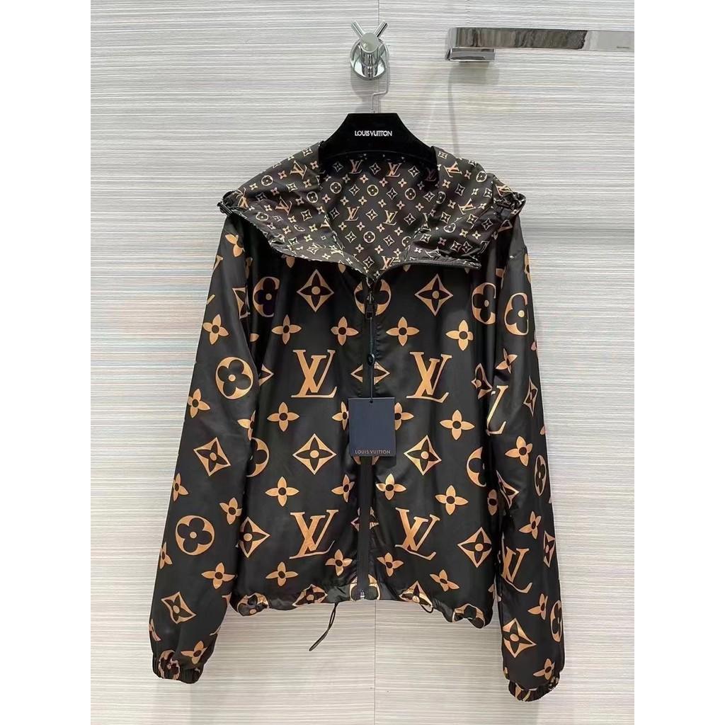 Áo khoác thường L - một chiếc áo khoác mỏng và nhẹ có in hoa văn có thể mặc từ trước đến sau. Áo khoác dài tay có mũ trùm đầu