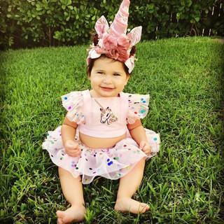 Áo hình kỳ lân và váy chấm bi dễ thương cho bé