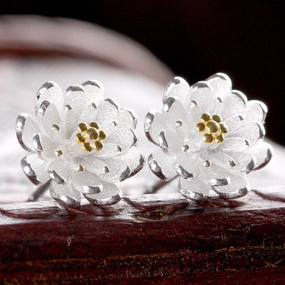 Cặp bông tai hình hoa cúc với 2 màu khác nhau đầy cá tính
