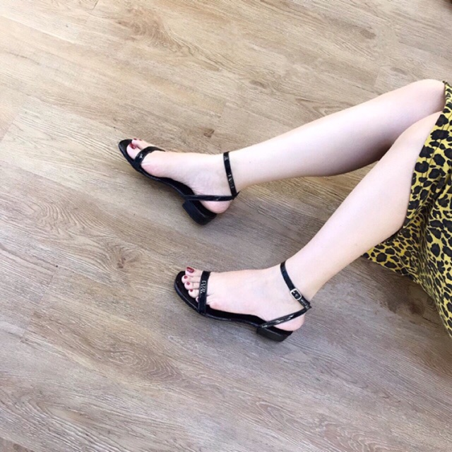 Dép sandal đế bệt da bóng quai mảnh có 2 màu đen, chì