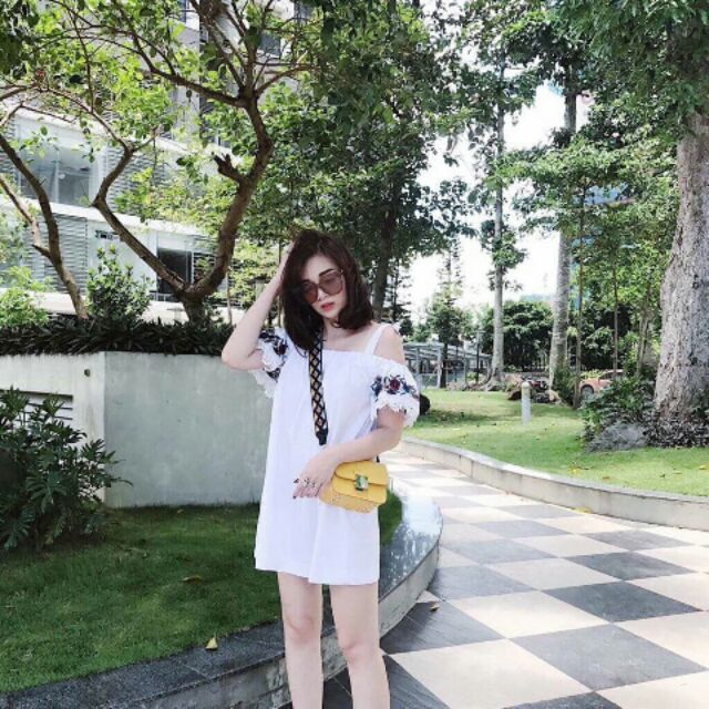 Đầm trắng rớt vai thêu tay