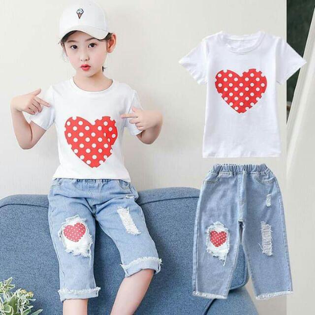 Sét áo thun trái tim quần jeans rách lững cho bé gái