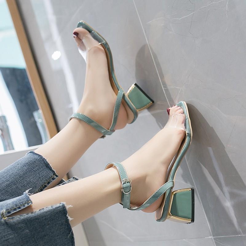 【จัดส่งฟรี】่ที่สะดวกสบายและหลากหลายที่เรียบง่ายโปร่งใสโรมันรองเท้าตาข่ายสีแดงหญิง