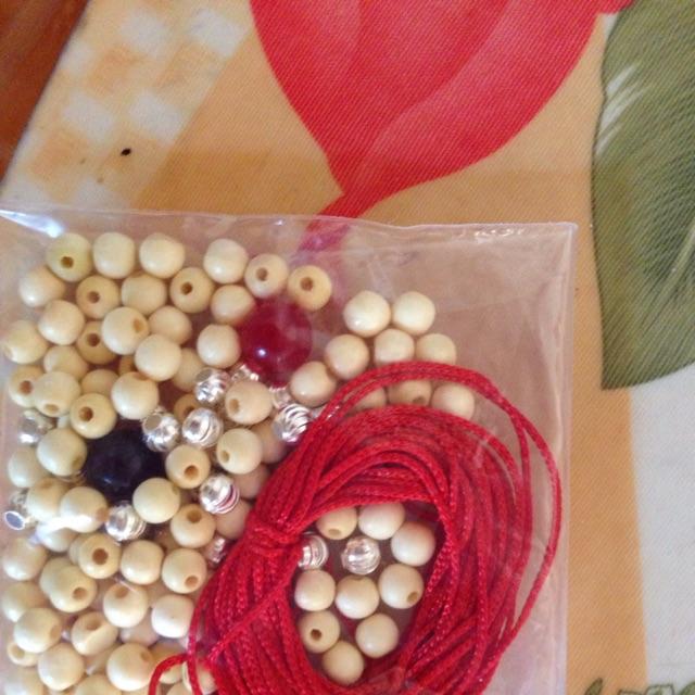 100 hạt dâu + 20 bi bạc + 3m dây dù đỏ+