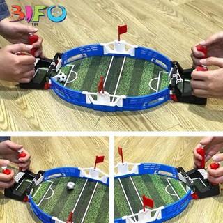 Bộ đồ chơi bóng đá thu nhỏ trên bàn thu hút trẻ nhỏ